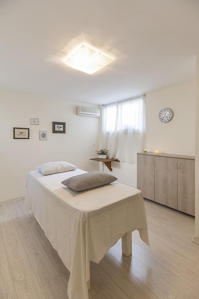 חדר טיפולים בקליניקה להשכרה בתל אביב - חדר גדול המתאים למדריכים בשיטת גרינברג, מאמנים, יועצים, טיפול בתנועה, פסיכותרפיה ועוד