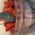 להכניס את העגבניות המושרות לאחר סינון ושטיפה למעבד מזון ולהפעיל