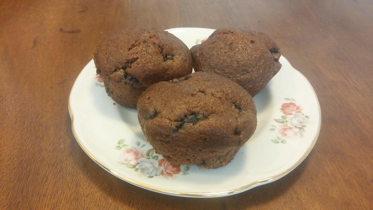 מאפינס תותי עץ שחורים. שימוש בקמח כוסמין הופך את המאפה לרך ואוורירי