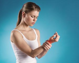 כאבים בשורש כף היד - תופעה נפוצה מאוד, במיוחד אצל אנשים שעובדים הרבה עם מחשב, ספורטאים ונשים לאחר לידה