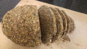 יש להניח ללחם להתקרר לחלוטין לפני שפורסים אותו. בתיאבון!