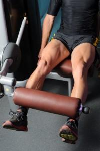 פשיטת ברך בישיבה - תרגיל המבודד את השרירים הקדמיים של הרגל
